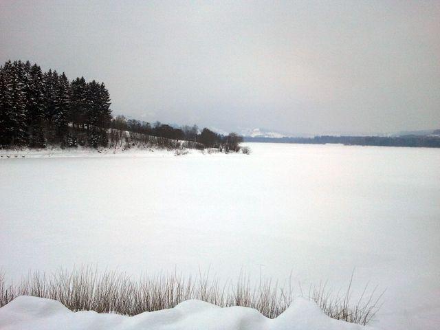 Blick von der Staumauer über den See