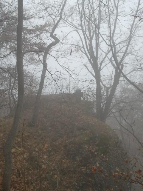 Das steinerne Kreuz im Nebel
