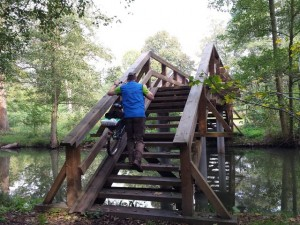 Über eine Holzbrücke